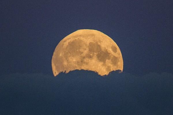 """<span class=""""hps"""">La luna</span> <span class=""""hps"""">llena se eleva</span> <span class=""""hps"""">entre las nubes</span> <span class=""""hps"""">en Berlín, Alemania.</span>"""