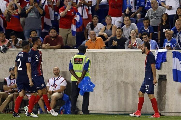 Marco Urena (d) Costa Rica celebra luego de anotar contra Honduras este viernes en la Copa Oro. (Foto Prensa Libre: EFE)