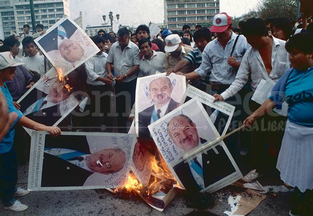 La población guatemalteca y la sociedad civil se opusieron a las medidas dictatoriales con las que Serrano rompió con el orden constitucional. (Foto: Hemeroteca PL)