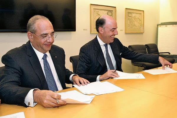 Camilo Atala (i) , presidente de Grupo Financiero Ficohsa y Fransisco Aristeguieta (d), CEO Citi Latinoamérica durante la formalización de la compra.