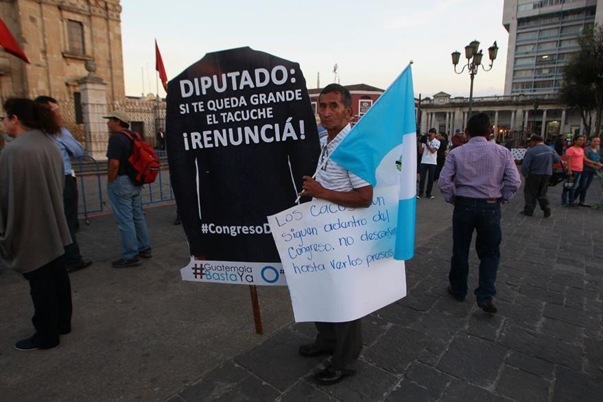 Uno de los manifestantes, afuera de la Catedral Metropolitana. (Foto Prensa Libre: Álvaro Interiano)