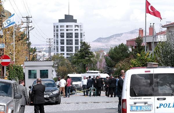 La Policía investiga la escena del ataque frente a la embajada israelí en Ankara.(AFP).