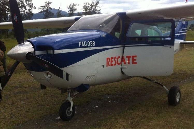 La aeronave en la que viajaban los tres ministros aterrizó de emergencia en Salamá. (Foto Prensa Libre: Cortesía Ramiro Marroquín)
