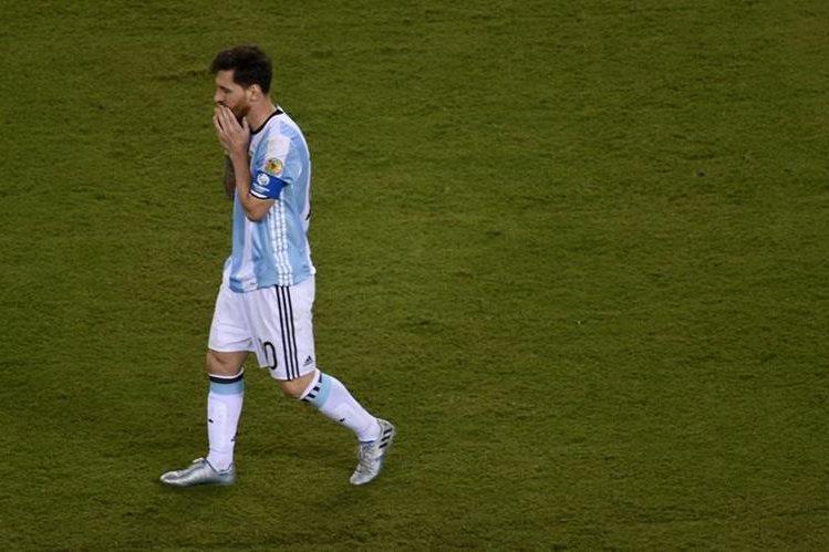 Las redes sociales se llenaron de mensajes con la etiqueta #NoTeVayasLio después del anuncio de Lionel Messi donde dijo que no seguiría en la selección. (Foto Prensa Libre:AFP)