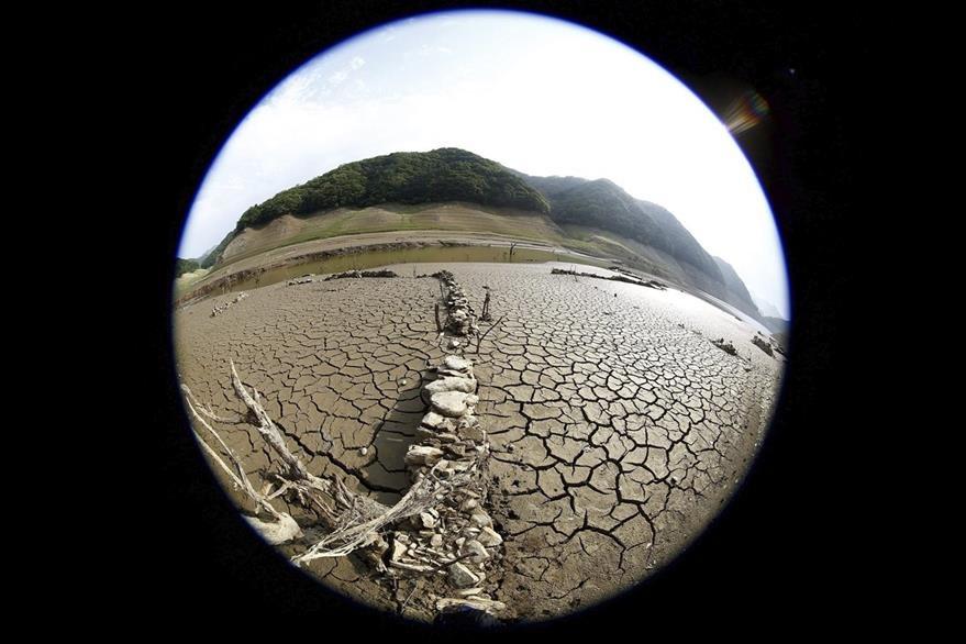 Fotografía tomada con un objetivo ojo de pez que muestra el lecho del río Soyang completamente seco a causa de la escasez de lluvias en Chuncheon, en la provinca de Gangwon (Corea del Sur). (Foto Prensa Libre: EFE).