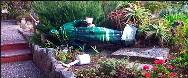 La tumba de Junípero fue pintarrajeada por vándalos. (Foto: Twitter).