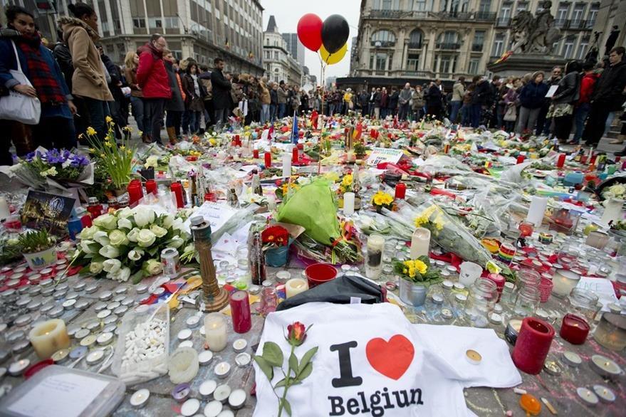 Continúan los homenajes tras los atentados en Bruselas, Bélgica. (AP)