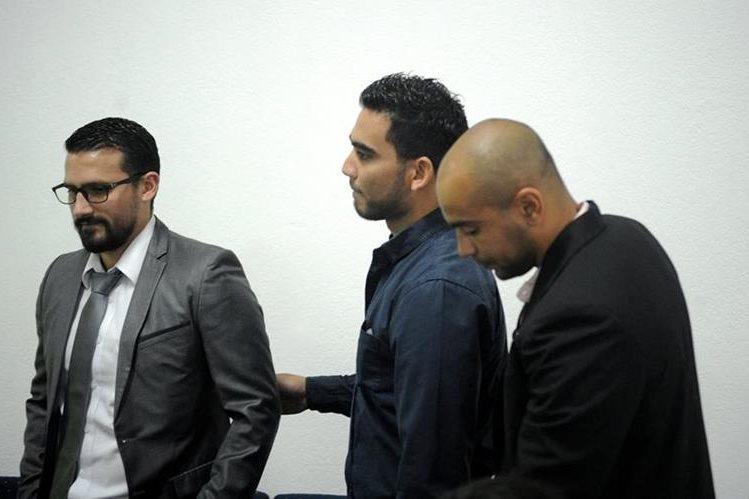 Leonel Aroche, Víctor Ayala y Alexánder Robinson, tres de los cuatro jugadores dopados de Antigua GFC, en una de las audiencias por el juicio deportivo hacia el Comité de Regularización de la Fedefut (Foto Prensa Libre: Archivo)