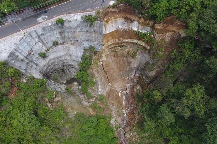 La carencia de drenajes para aguas pluviales y de aguas servidas ocasionó el daño en San Marino, Mixco. (Foto Prensa Libre: Cortesía)