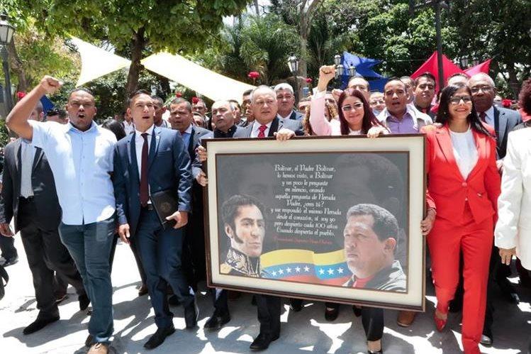 Delcy Rodríguez -de rojo-, antes de ser juramentada como presidenta de la Constituyente en Venezuela. (Foto Prensa Libre: EFE)