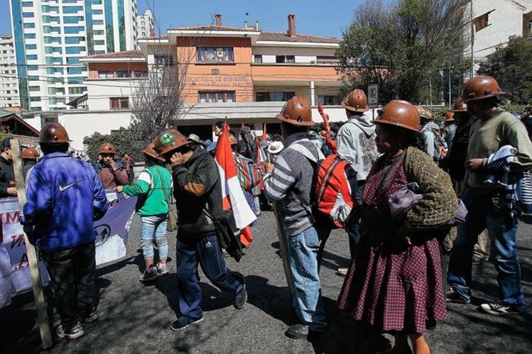 Un grupo de mineros, participan en La manifestación cerca del ministerio de Gobierno, en La Paz, Bolivia.(Foto Prensa Libre:EFE).
