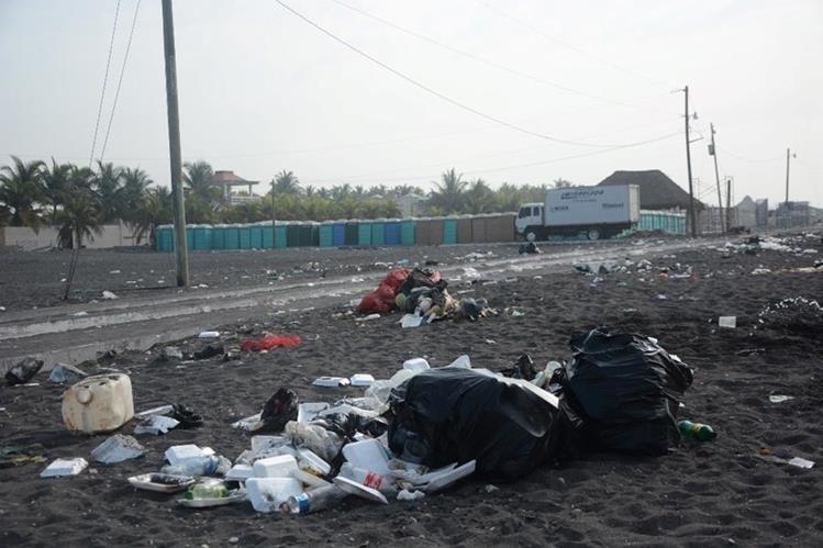 Todo tipo de desechos fueron dejados en la playa del Puerto San José. (Foto Prensa Libre: Enrique Paredes).