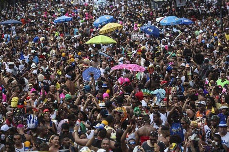 """BRA09 RIO DE JANEIRO (BRASIL), 06/02/2016.- Millares de personas participan en la comparsa """"Cordão do Bola Preta"""", una de las más grandes de mundo se presentan hoy, sábado 6 de febrero de 2016, en el primer día de carnaval en Río de Janeiro (Brasil). Río de Janeiro pasó la noche en vela, de fiesta, y muchos cariocas y turistas madrugaron hoy para dedicarse en cuerpo y alma a la juerga de los """"blocos"""", las bandas callejeras que dan vida al carnaval. EFE/ Antonio Lacerda."""
