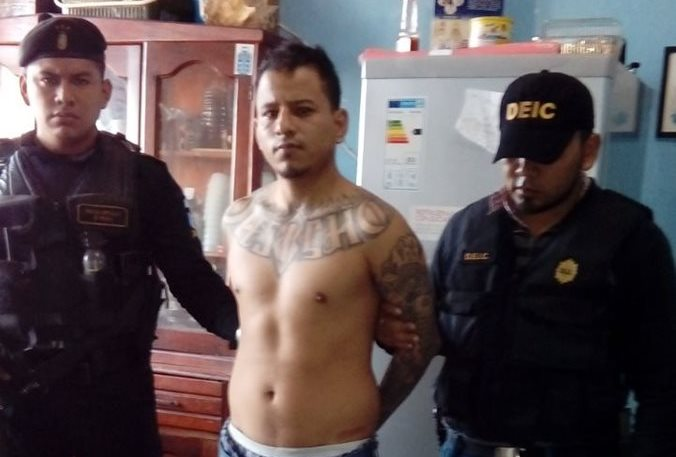Mario Isaac Guzmán es custodiado por agentes de la PNC en Chinautla, Guatemala. (Foto Prensa Libre: PNC)