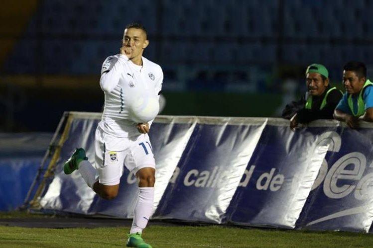 Marvin Ceballos tuvo una dedicatoria especial durante su celebración del gol. (Foto Prensa Libre: Francisco Sánchez)