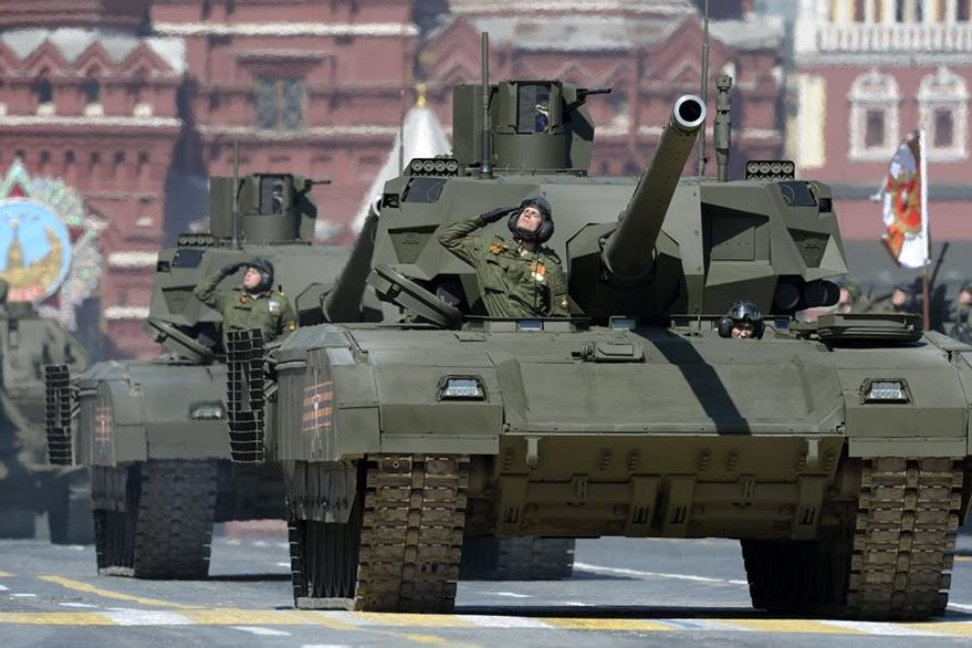 Después de 15 minutos del fallo el T 14 Armata volvió a rodar, en la imagen soldados rusos saludan a las autoridades. (Foto Prensa Libre: AFP).