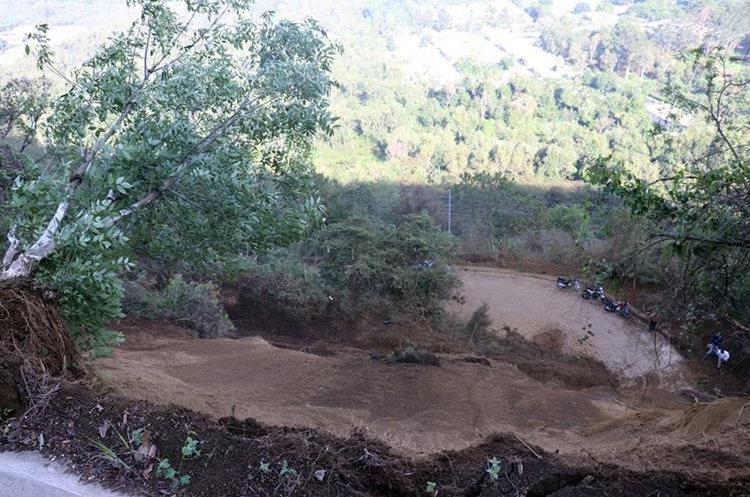 El deslizamiento de tierra dejó bloqueado el paso por la ruta que conduce de la aldea San Cristóbal El Alto a la Antigua Guatemala, Sacatepéquez.  (Foto Prensa Libre: Renato Melgar)