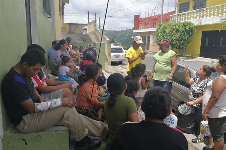 Las siete familias damnificadas recibieron apoyo de vecinos y familiares. (Foto Prensa Libre: Yanira Alvizurez)