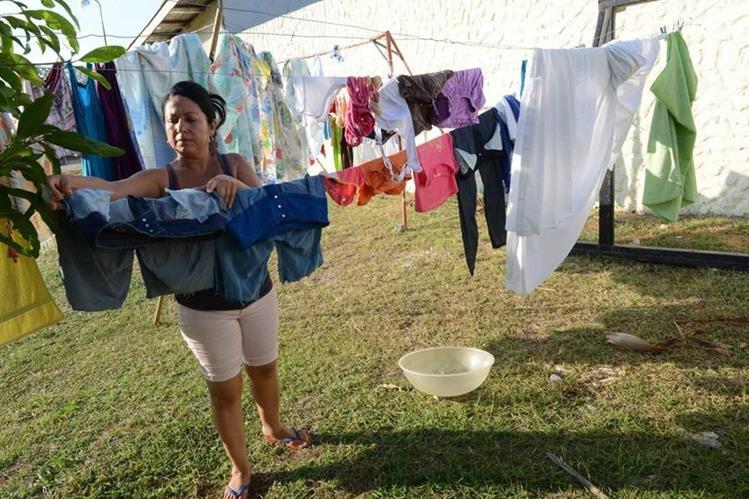 Una inmigrante cubana tiene ropa en una iglesia metodista en Guanacaste, Costa Rica. (Foto Prensa Libre: AFP).