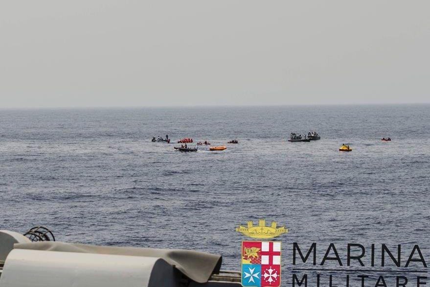Guardacostas italianos rescatan a migrantes africanos en el Mediterráneo. (AP)