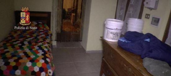 Interior de la vivienda en la cual se encontraba la víctima. (Foto Prensa Libre: Polizia di Stato)