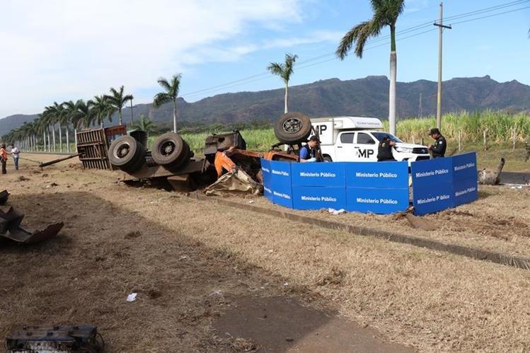 El Ministerio Público trabaja en el lugar del accidente, donde murió el piloto del camión. (Foto Prensa Libre: Enrique Paredes)