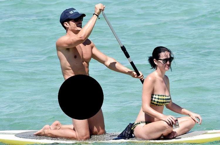 Esta es una de las fotografías que se hicieron virales en las redes sociales el año pasado. Perry confesó que el actor le propuso que ella también fuera desnuda. (Foto Prensa Libre: The Sun).