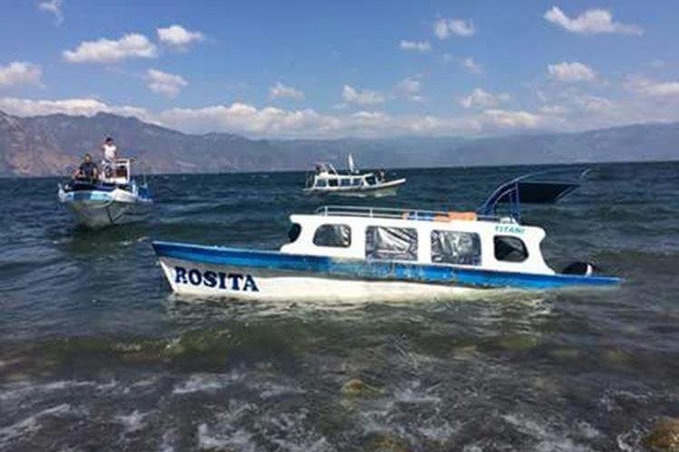 La embarcación presentó problemas y naufragó en el Lago de Atitlán. (Foto Prensa Libre: Ángel Julajuj)