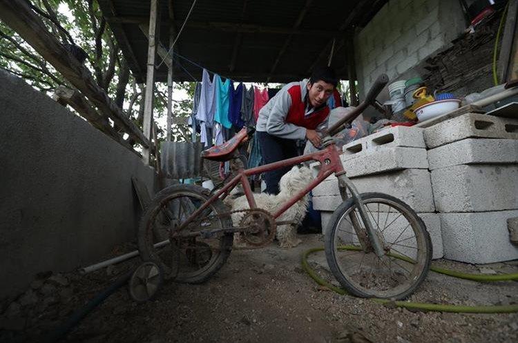Irving Contreras junto a la bicicleta que usa para jugar. (Foto Prensa Libre: Esbin García).