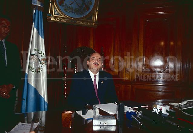 Jorge Serrano en el despacho presidencial en mayo de 1993. (Foto: Hemeroteca PL)