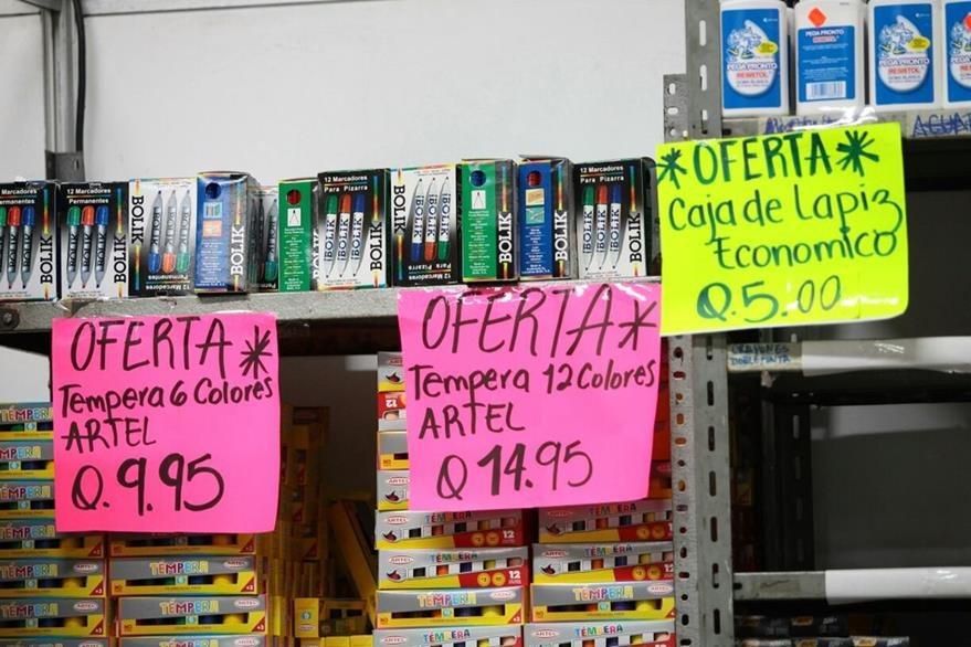 Ofertas en los precios de los útiles caracterizan a la Feria Escolar. (Foto Prensa Libre: Érick Ávila)