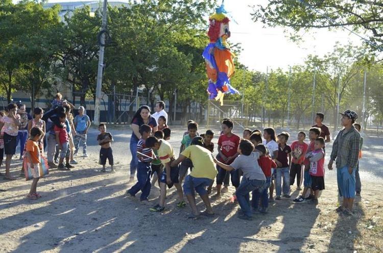 Los menores participaron en la quiebra de piñatas. (Foto Prensa Libre: Mario Morales)