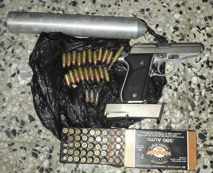 Armas y municiones decomisadas en el inmueble donde capturaron a los dos presuntos pandilleros. (Foto Prensa Libre: PNC)