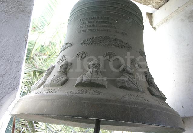 Campana del Centenario, fundida por Timoteo Gómez en 1921 conmemorando el Centenario de la Independencia. Se expuso en el Parque Central y actualmente se encuentra en el campanario del Cerrito del Carmen. (Foto: Hemeroteca PL)