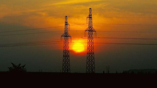 Para el gobierno de EE.UU., uno de los efectos más negativos sería la interrupción de la energía eléctrica que causaría cortes a servicios tan básicos como los del agua, la salud o el transporte. GETTY IMAGES