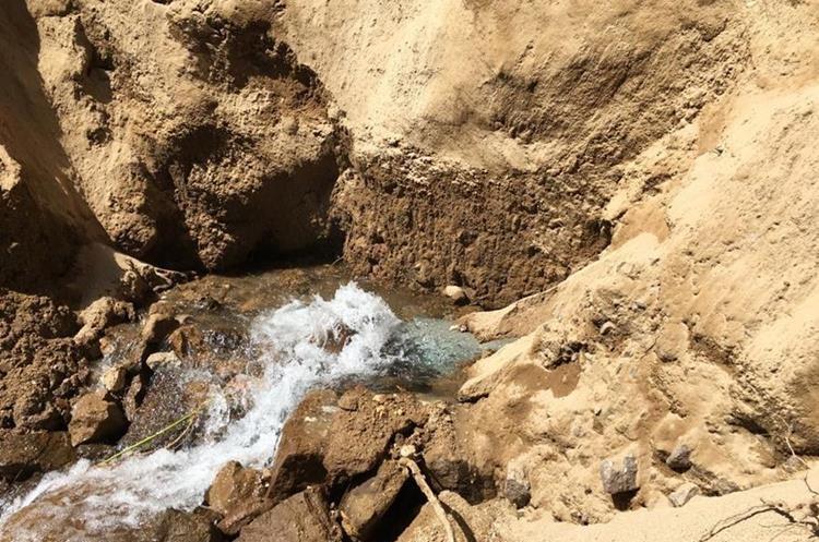 En Santa Rita, La Esperanza, se encuentra la tubería dañada que está generando la falta de agua en varios sectores de Quetzaltenango.