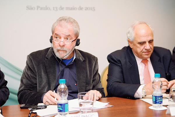 El expresidente brasileño Luiz Inácio Lula da Silva (i) y el secretario general de la Unasur, el expresidente colombiano Ernesto Samper.