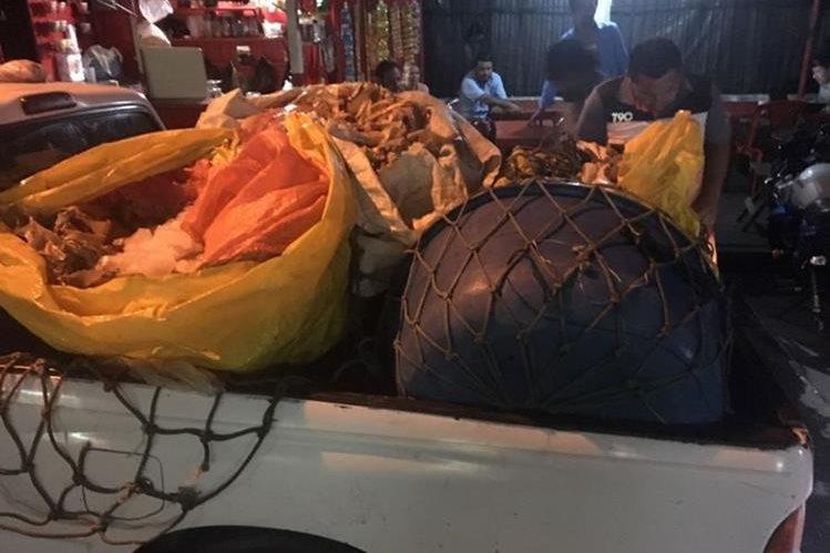 Picop en el que fue decomisado el filete de pescado, en Escuintla. (Foto Prensa Libre: Enrique Paredes).