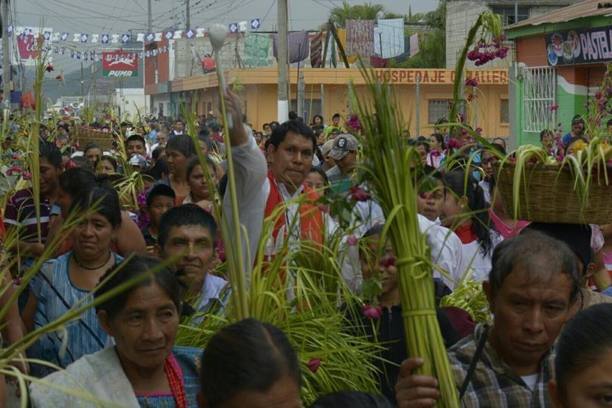 Sacerdote bendice ramos de palma en Rabinal, Baja Verapaz. (Foto Prensa Libre: Carlos Grave).