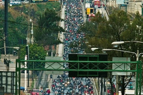 <p>Tramo en el que se busca establecer la marca de más de 20 mil motoristas en una distancia de tres kilómetros. (Foto Prensa Libre: Archivo)<br></p>
