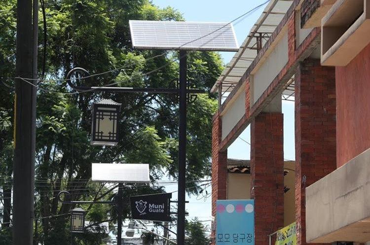 La comunidad Coreana instaló luminarias que funcionan con paneles solares en la avenida Seúl, en zona 7. (Foto Prensa Libre: Estuardo Paredes)