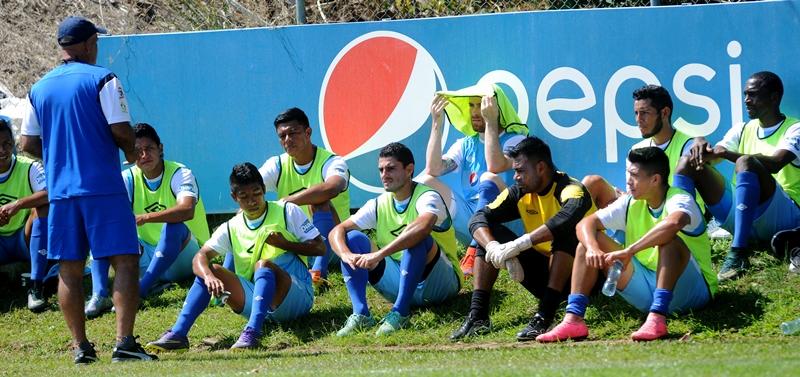 El técnico nacional Wálter Claverí se dirige a los seleccionados durante el entrenamiento en el Proyecto Goal. (Foto Prensa Libre: Edwin Fajardo)