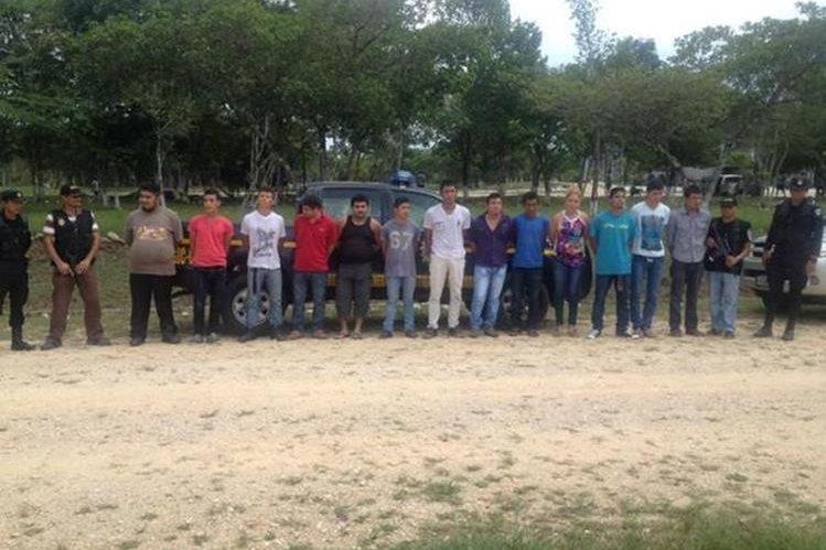 Algunos de los presuntos delincuentes capturados en operativos en Petén. (Foto Prensa Libre: PNC)