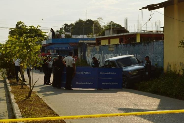Ministerio Público y la Policía Nacional Civil, acordonaron el área donde sucedio el hecho sangriento. (Foto Prensa Libre: Rigoberto Escobar).