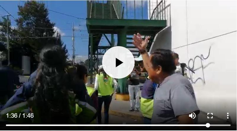 Personal de la comuna evita que Álvaro Hugo Rodas, jefe de Obras de la comuna capitalina, se acerque al vecino inconforme. (Foto Prensa Libre: Edwin Pitán)