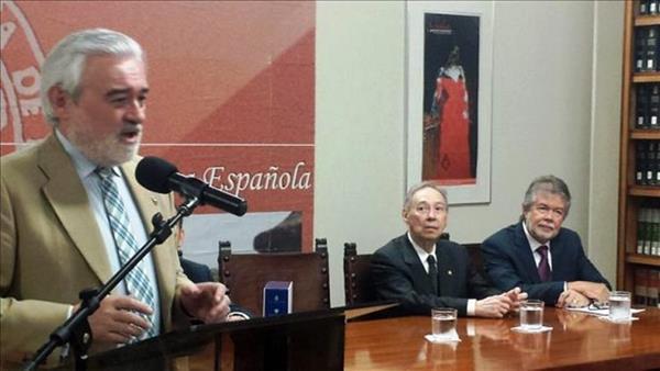 Darío Villanueva (izq.) junto a Humberto López Morales (c), y José Luis Vega (dcha.) durante la presentación de la 23 edición del Diccionario de la lengua española en San Juan, Puerto Rico, el pasado mes de marzo. (Foto Prensa Libre: EFE)