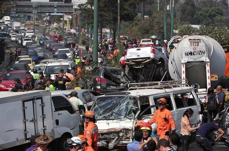 Siete personas muertas mas de una veintena de heridos y 22 vehículos destruidos fue el saldo de accidente ocurrido el pasado jueves. (Foto Prensa Libre: Estuardo Paredes)