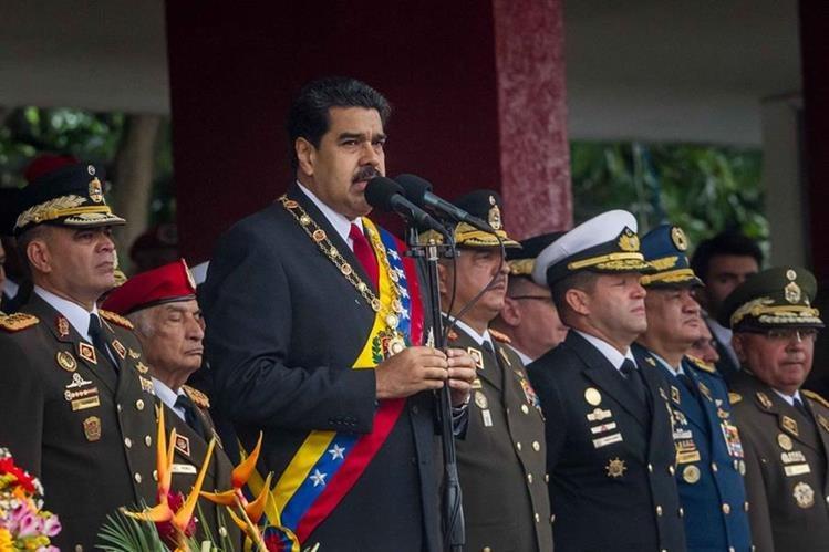 El presidente de Venezuela, Nicolás Maduro (al micrófono), comienza a cumplir su amenaza de tomar empresas. (Foto Prensa Libre: AFP).