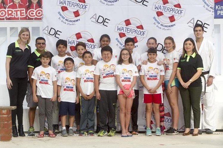 Gisela Morales —primera de izquierda a derecha— posa con algunos de los estudiantes de Swin Academy Waterproof. (Foto Prensa Libre: Norvin Mendoza)