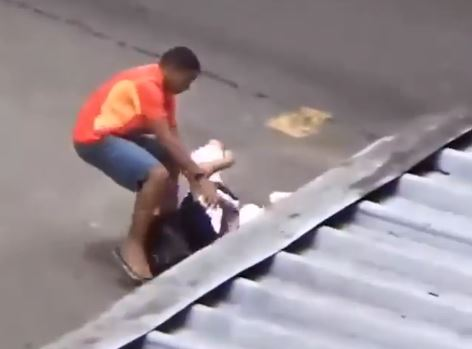 Un ladron es captado por una cámara mientras roba a una víctima que está en el suelo. (Foto: Facebook/VOIDtv).